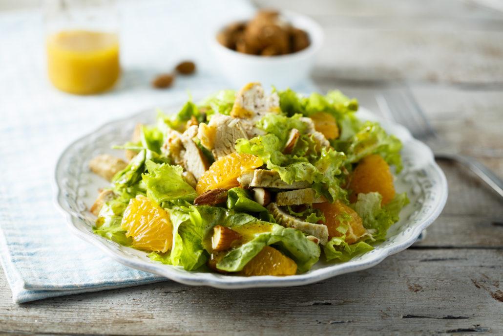 Grüner Salat mit Hähnchenbrustfilet und Orangen.