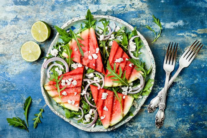 Gegrillte Wassermelone mit Hirtenkäse, Zwiebeln und Rucola.