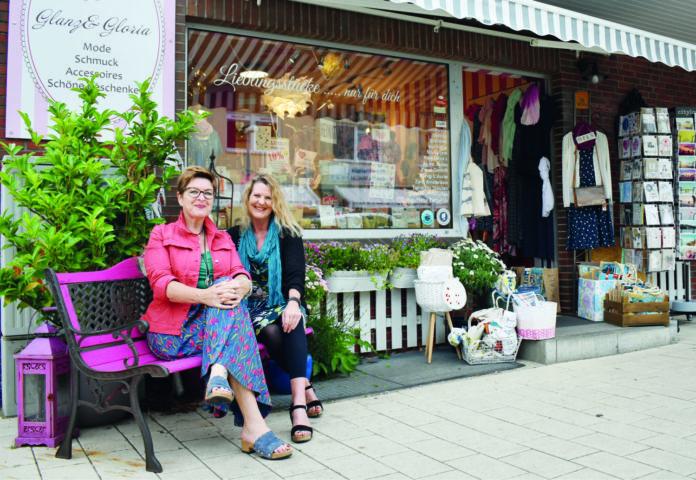Die beiden Schwestern Sabrina John (rechts) und Angelika Kleen sorgen zu jeder Jahreszeit für eine bunte Auswahl an modischen Lieblingsstücken und Geschenkideen.